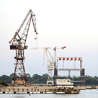 Old_cranes_abandoned_at_the_port_of_Tarantosq